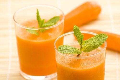 8 beneficii ale sucului de morcovi