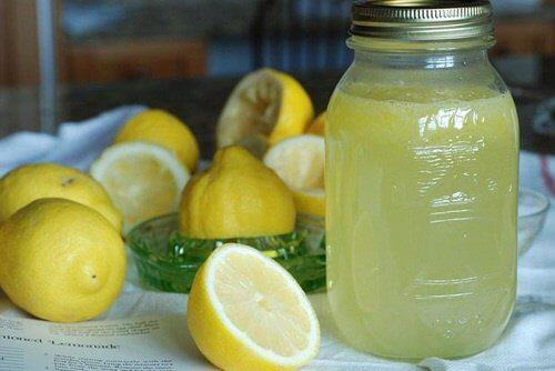 Beneficiile oferite de această băutură detoxifiantă cu lămâie
