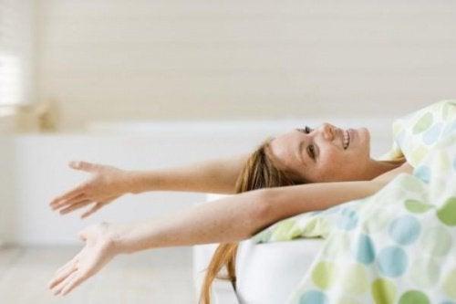 Dormitul în pielea goală încetinește procesul de îmbătrânire