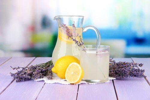 Durerile de cap – tratament cu limonadă cu levănțică