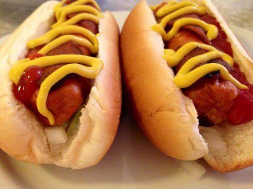 Printre altele, hotdogii conțin nitriți periculoși