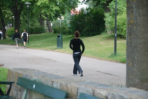 Printre altele, mersul pe jos în parc te va ajuta să pierzi în greutate