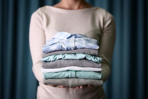 Oțetul alb elimină mirosurile neplăcute de pe haine