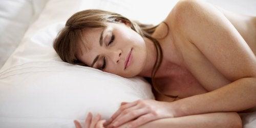 Dormitul în pielea goală te ajută să te odihnești mai bine