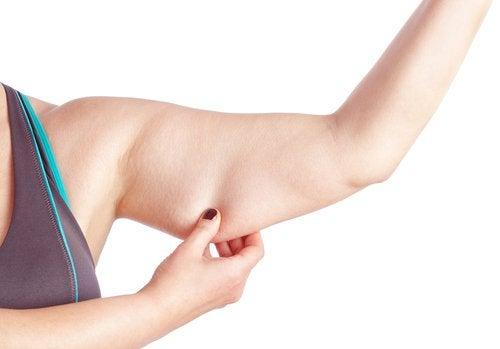 Pielea lăsată de pe brațe este inestetică