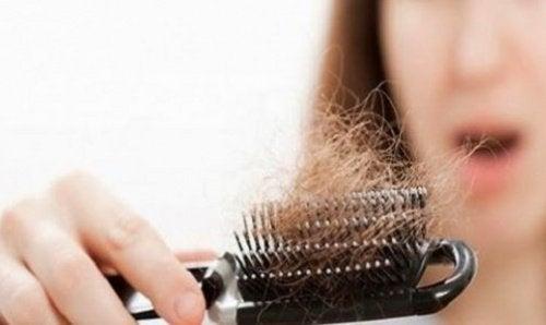 O pieptănare corectă poate stimula creșterea părului