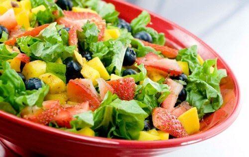 Salată de legume și fructe