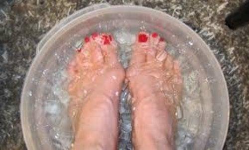 Apa cu gheață este benefică pentru picioare