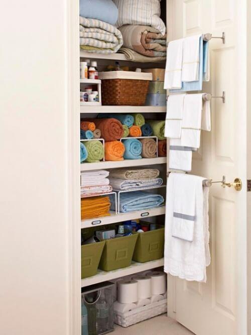 Baia curată și ordonată cu un dulap spațios