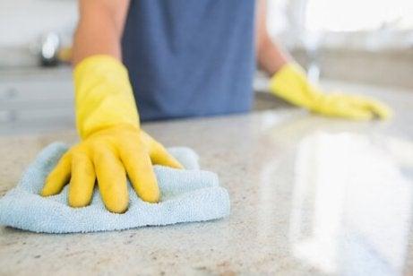 Bucătărie curată prin lustruirea suprafețelor