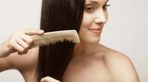 Căderea părului chiar poate fi combătută în mod natural
