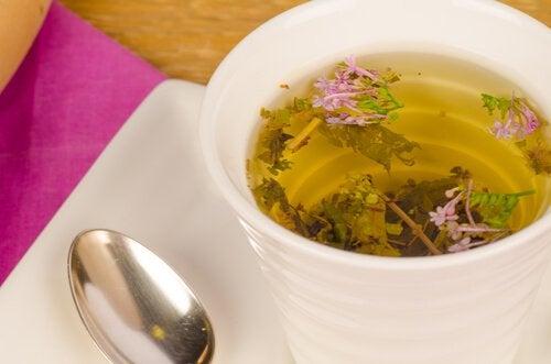 Ceaiul de valeriană îți asigură un somn odihnitor