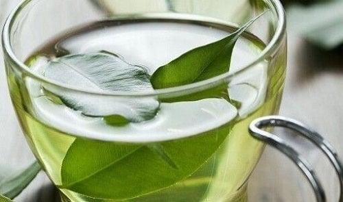 Ceaiul verde pe lista de alimente care combat artrita