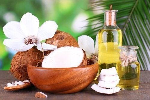 Lapte de cocos într-o cremă naturală pentru îndreptarea părului