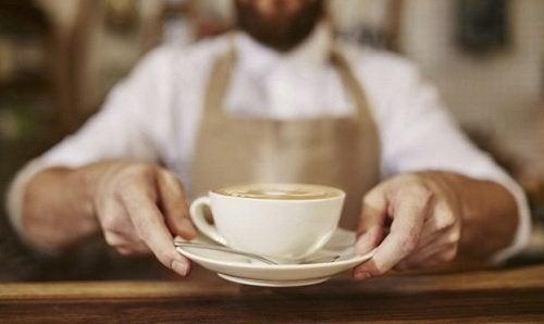 Cofeina crește nivelul de cortizol, unul din hormonii care duc la îngrășare