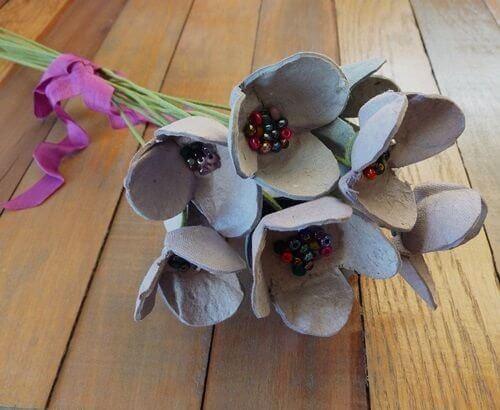 Cofrajele de ouă transformate în flori