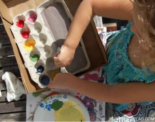 Cofrajele de ouă folosite ca paletă pentru vopseluri