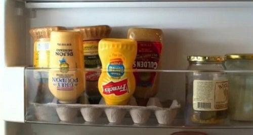 Cofrajele de ouă folosite ca suport în frigider