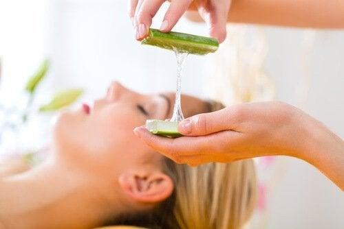 Cum să prepari gel de aloe vera folosit ca tratament pentru ten