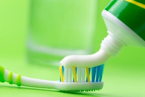 Curățarea arsurii de pe fierul de călcat cu pastă de dinți