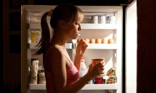 Dezechilibrele hormonale pot stimula pofta de mâncare