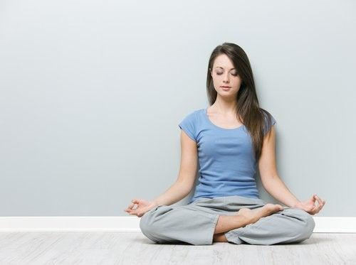 Poziția lotus te ajută să tratezi durerile cervicale