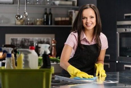 Gospodină care are o bucătărie curată