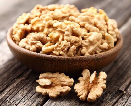 Nuci pe lista de alimente care combat artrita
