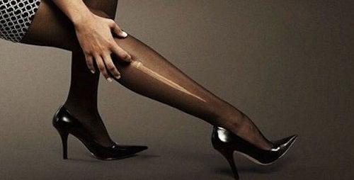 Oja repară ciorapii rupți