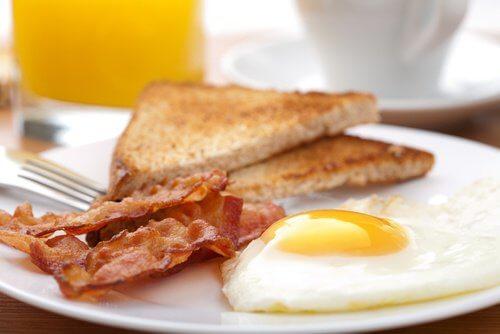 Este bine să verifici dacă ouăle sunt proaspete înainte să le consumi