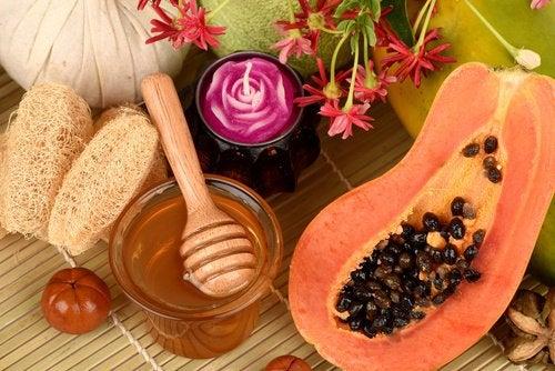 O mască pe bază de papaya elimină punctele negre