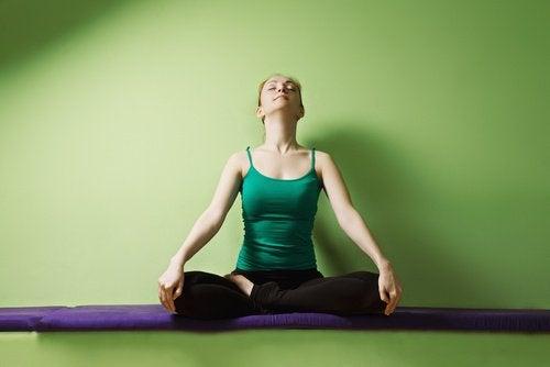 Poziții de yoga care reduc stresul și elimină anxietatea