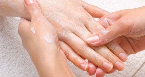 7 remedii naturiste pentru mâinile uscate