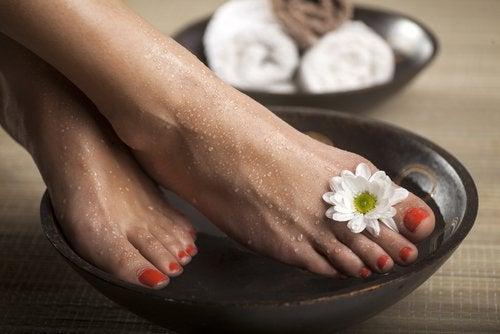 Remedii pentru picioarele și gleznele umflate precum apa cu sare