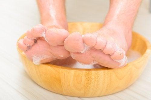Remedii pentru picioarele și gleznele umflate precum băile cu plante