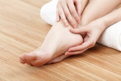 umflarea piciorului gleznei la vârstnici