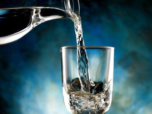 Dacă suferi de retenție de apă, nu trebuie să-ți reduci aportul de lichide