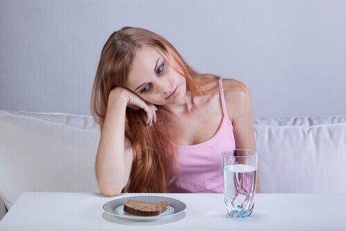 Simptome provocate de apendicită precum lipsa poftei de mâncare