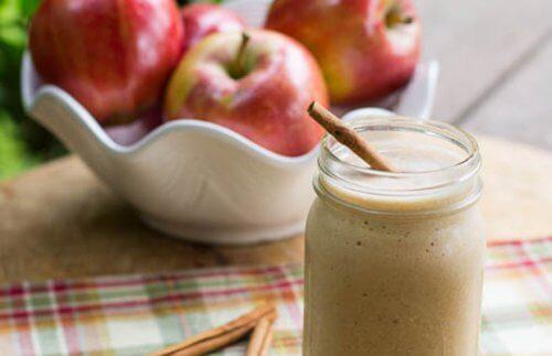 4 smoothie-uri cu mere pentru un abdomen mai plat