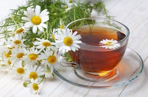 Poți combate țiuitul din urechi cu ceai de mușețel