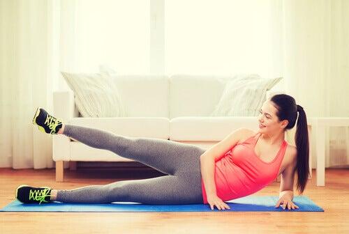 Îți tonifiezi brațele și picioarele cu ajutorule exercițiilor