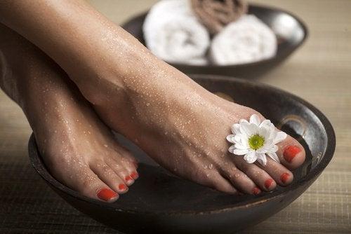Tratament pentru bătături aplicat pe picioare