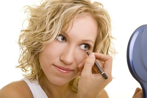 Tușul pentru ochi poate face machiajul periculos