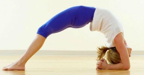 Anumite poziții de yoga combat anxietatea