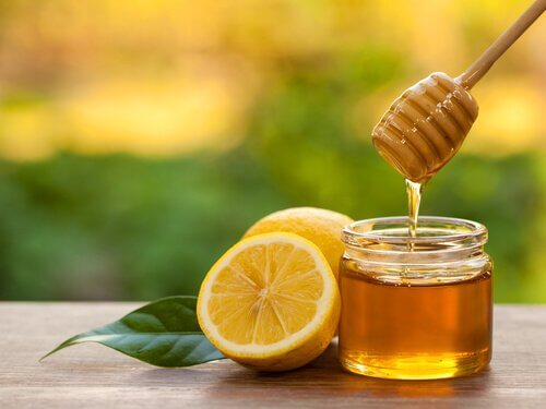 Apa caldă cu miere susține detoxifierea organismului