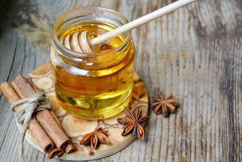 Apa caldă cu miere este o băutură foarte sănătoasă