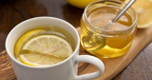 Apa caldă cu miere – 5 motive să o bei