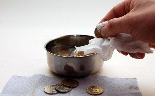 Coca-Cola curăță monedele