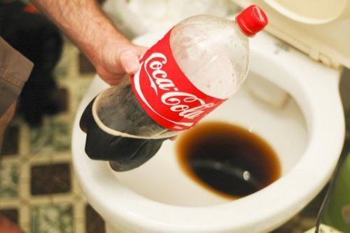 Coca-Cola curăță vasul de toaletă