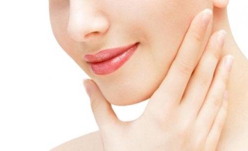 Exerciții faciale care reduc bărbia dublă